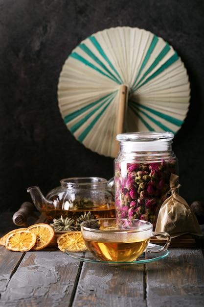 Chá verde servido em bule de chá de vidro Foto Premium