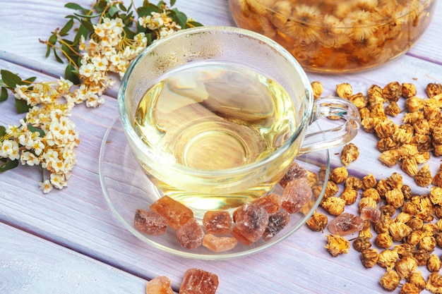 Chaleira de chá de ervas close-up na vista superior de mesa de madeira Foto Premium