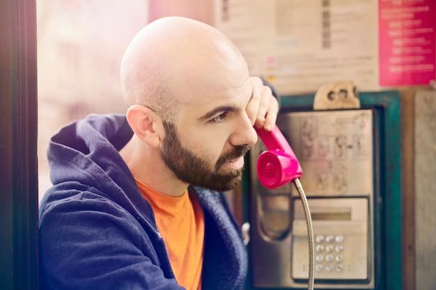 Chamando de uma caixa telefônica clássica Foto Premium