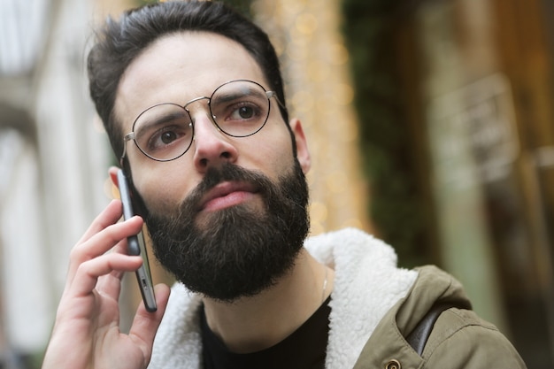 Chamando um amigo na rua Foto Premium