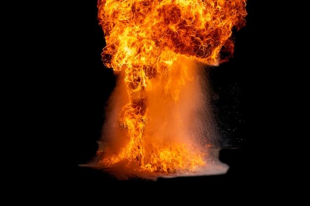 Chamas causadas pela explosão do óleo. Foto Premium