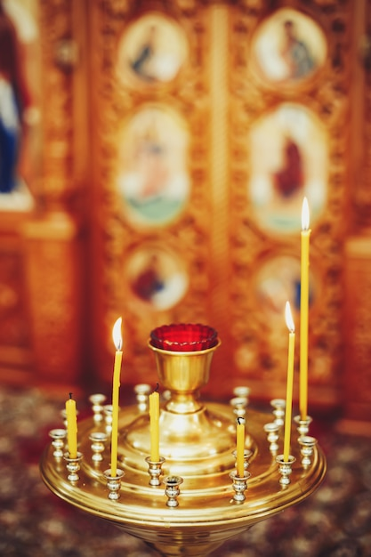 Chamas de velas na igreja ortodoxa Foto Premium