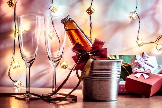Champagne fresco e vidro para a celebração. castiçal no natal e no festival do ano novo. Foto Premium