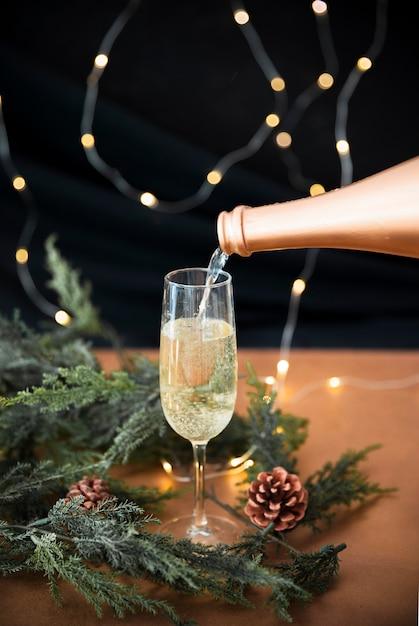 Champanhe, despejar vidro Foto gratuita