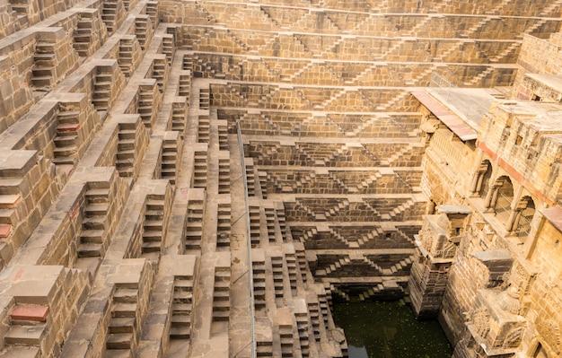 Chand baori stepwell situado na aldeia de abhaneri perto de jaipur na índia. Foto Premium