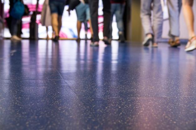 Chão azul do aeroporto com coroa andando Foto gratuita