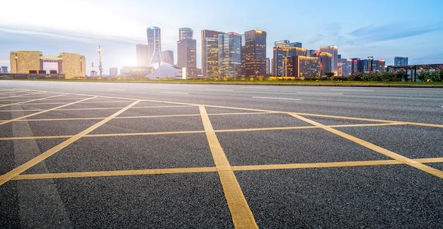 Chão de estrada e skyline de paisagem arquitetônica moderna urbana Foto Premium