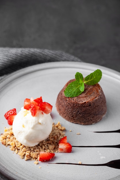 Chapa branca com bolo de chocolate com sorvete Foto Premium