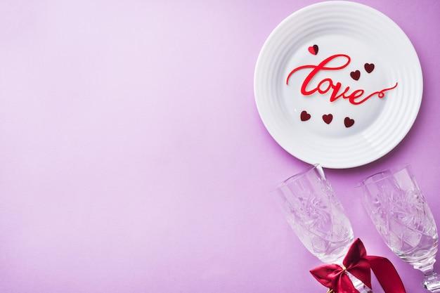 Chapa branca, inscrição de dois copos de amor em um fundo rosa. conceito dia dos namorados. Foto Premium