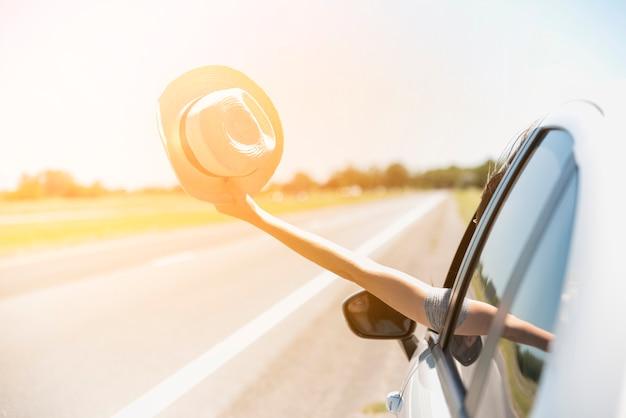 Chapéu, através, carro janela Foto gratuita