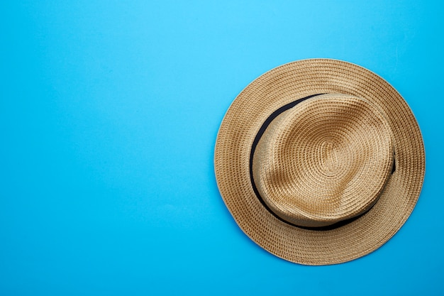 Chapéu de panamá vista superior em fundo branco Foto Premium