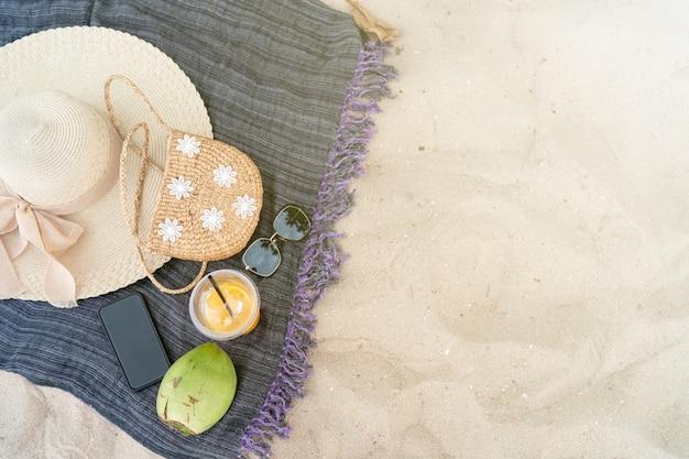 Chapéu de praia verão saco mar e óculos de sol na praia Foto Premium