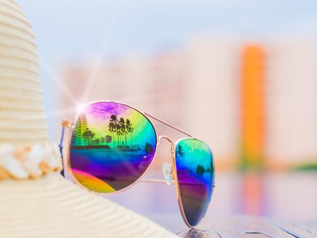 Chapéu de verão e óculos de sol à beira da piscina. Foto Premium