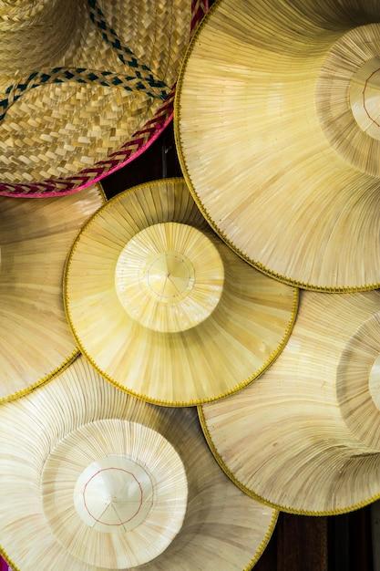 Chapéu de vime tailandês tradicional que os agricultores na tailândia usuário Foto Premium