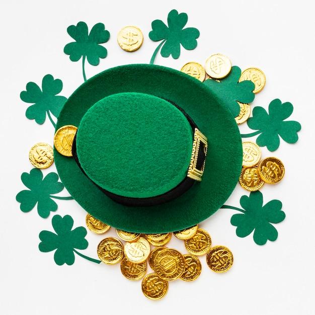 Chapéu de vista superior em moedas e trevos Foto gratuita