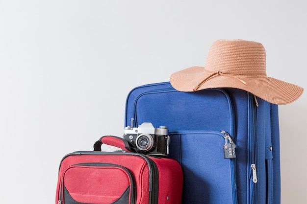 Chapéu e câmera em malas Foto Premium
