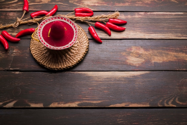 Chapéu ornamental e pimenta na torção Foto gratuita