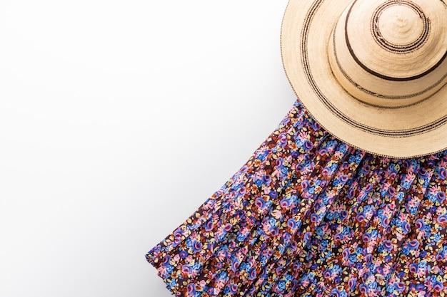 Chapéu panamá tradicional pintado sobre uma mesa branca e uma saia em