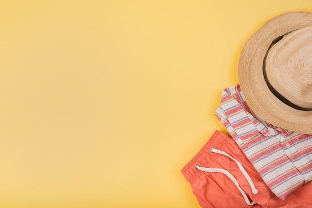 Chapéu perto do desgaste do verão Foto gratuita