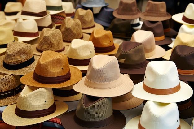 Chapéus na loja ao ar livre empilhados em linhas Foto Premium