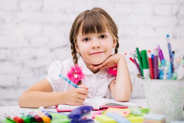 Charming schoolgirl posando na câmera Foto gratuita