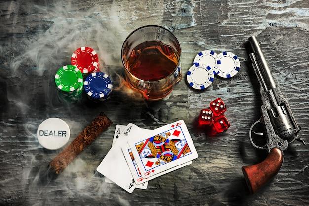 Charuto, batatas fritas para jogar, beber e jogar cartas Foto gratuita