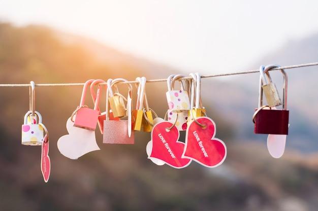 Chave de cadeado com coração de amor na ponte, cultura do símbolo de sinal de amor Foto gratuita