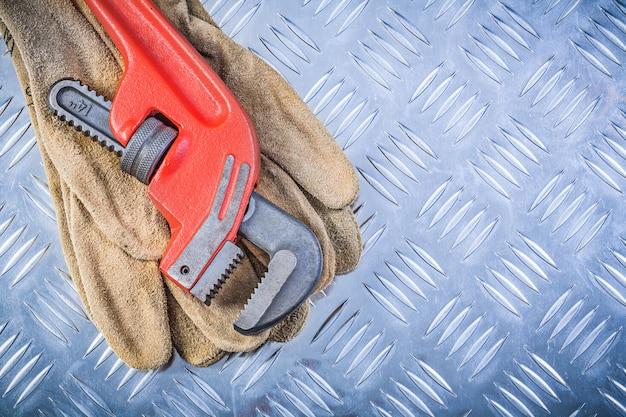 Chave de tubo de luvas de segurança de couro no conceito de construção de chapa metálica canalizada Foto Premium