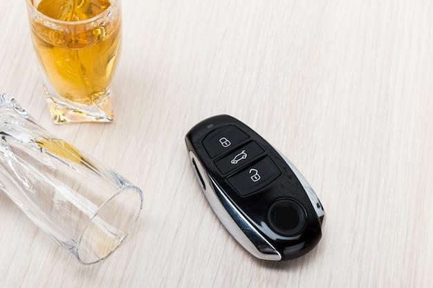 Chave do carro no bar com álcool derramado Foto Premium