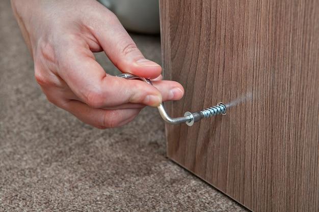 Chave hexagonal, chave allen para montagem de móveis em casa à mão. Foto Premium