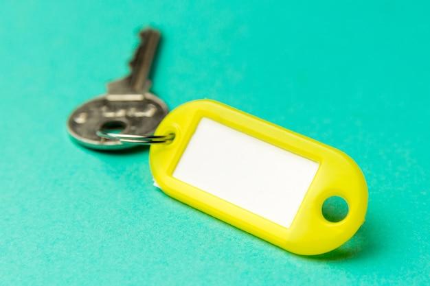 Chaveiro amarelo em papelão com textura turquesa Foto Premium