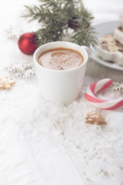 Chávena de café com decorações do natal Foto gratuita