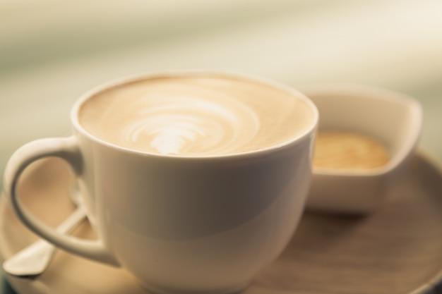 Chávena de café com uma bacia com bolinhos Foto gratuita