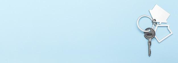 Chaves da casa com bugiganga na cor de fundo, vista superior com espaço de cópia. Foto Premium