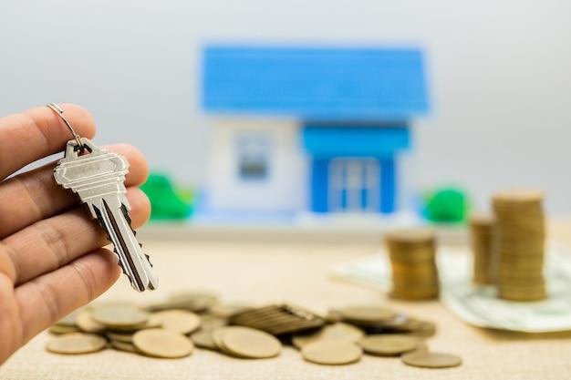 Chaves e pilhas de dinheiro e casas Foto gratuita