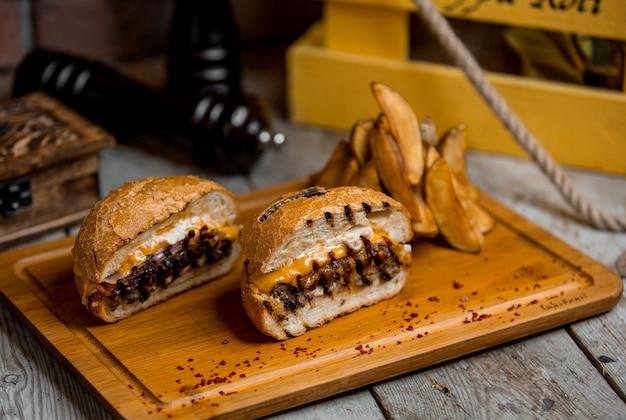 Cheeseburger suculento e batatas caseiras Foto gratuita