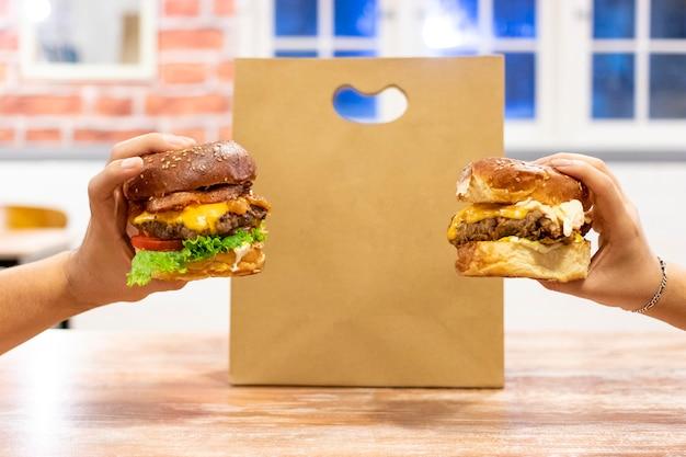 Cheeseburgers prontos para entrega Foto Premium