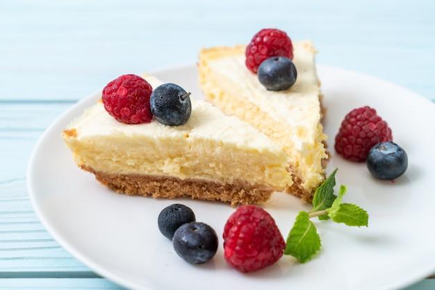 Cheesecake caseiro com framboesas e mirtilos Foto Premium