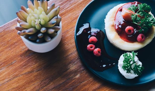 Cheesecake caseiro com frutas frescas e hortelã para a sobremesa - ele Foto Premium