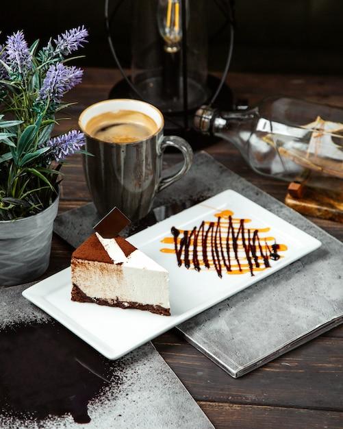 Cheesecake coberto com café e xícara de café Foto gratuita