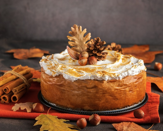 Cheesecake de abóbora com cobertura de merengue de marshmallow Foto Premium