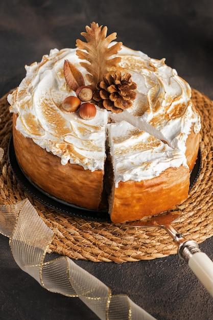 Cheesecake de abóbora com merengue de marshmallow cobertura decorada com pinhas Foto Premium