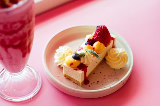 Cheesecake de frutas com morango e milk-shake Foto Premium