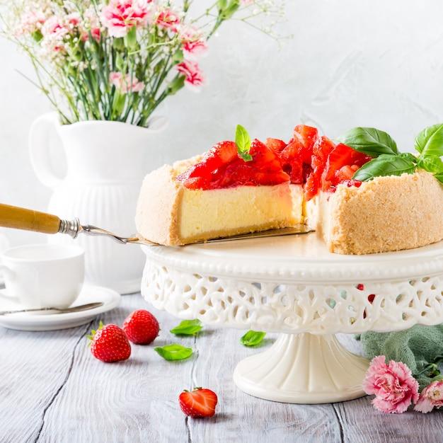 Cheesecake de morango e flores Foto Premium