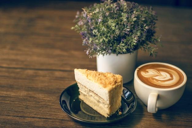 Cheesecake de queijo duplo com uma xícara de café Foto Premium