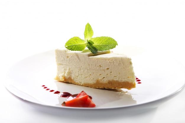 Cheesecake fresco servido com hortelã Foto gratuita