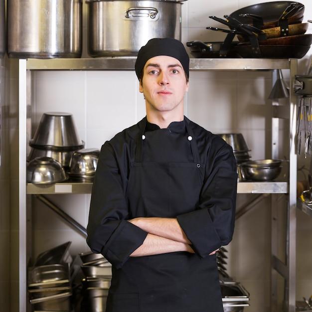 Chef com cozinha uniforme e utensílio Foto gratuita