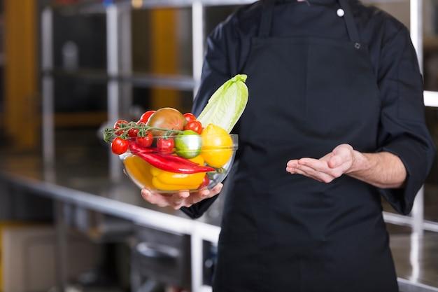 Chef com frutas e legumes Foto gratuita