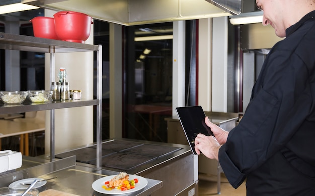 Chef com um tablet Foto gratuita