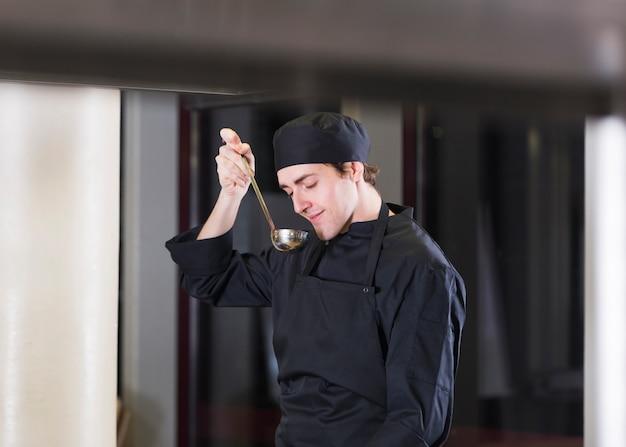 Chef cozinhar uma receita Foto gratuita